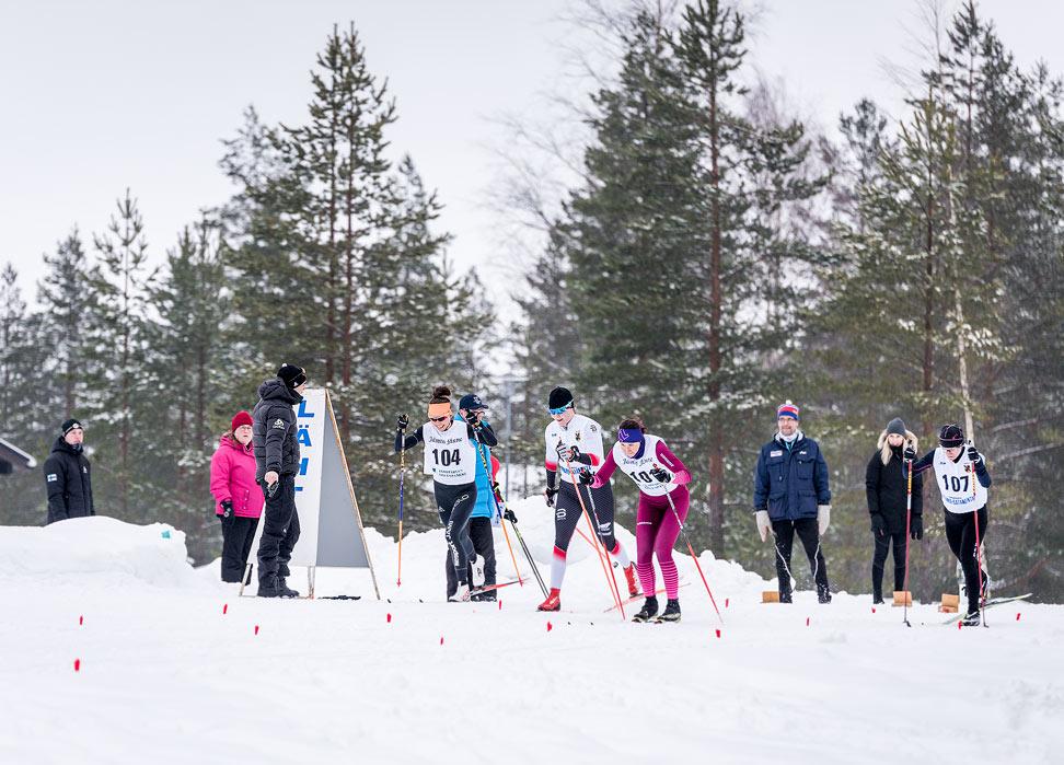 Kuvassa joku olympiaurheilija paukuttelee naisten kisan vauhtiin lauantaina. Tunnistatko/arvaatko kuka?