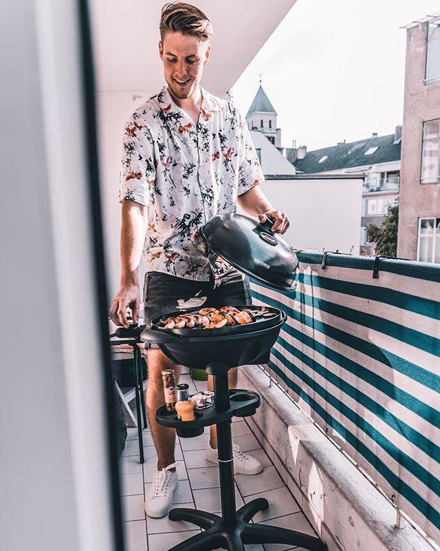 *Werbung Hallo Freunde, ich habe mir endlich einen Elektrogrill von #Severin angeschafft! Die meisten von Euch wissen ja bereits, dass ich das Grillen über alles Liebe. Inzwischen ist es für mich mehr als nur leckeres Essen. Das Grillen gehört mittlerweile im Sommer einfach zum Lifestyle dazu. Deshalb habe ich heute direkt als der Kugelgrill von @severin_de ankam, Toni mit einem leckeren BBQ auf dem Balkon überrascht. Der Elektrogrill ist perfekt für ihren Balkon. Kein Rauch, platzsparend und super schnell, was will Man(n) mehr? Die Augen waren groß als Toni von der Arbeit zurück kam und ich habe sie auch schon ein wenig mit dem Grillfieber angesteckt! Nun bin ich ein echter #Stadtgriller über den Dächern von Düsseldorf!!! Übrigens habe ich einen neuen Blogpost veröffentlicht. Link in Bio ❤️