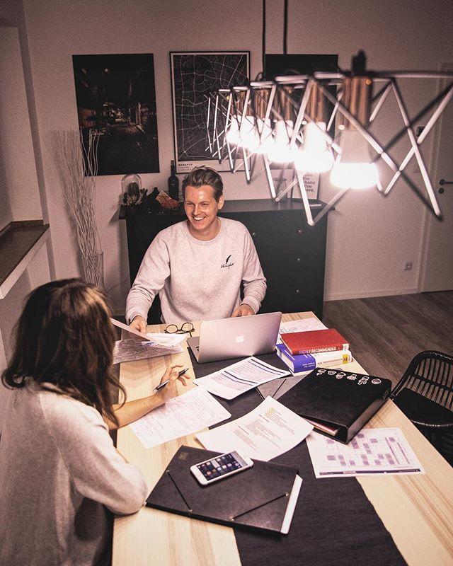 *Anzeige Swipe nach links und sieh wie das Licht sich ändert! Als die Auswahl unseres Tisches im Wohnzimmer anstand, haben wir uns bewusst für einen großen Tisch entschieden. Damit können dort nicht nur viele Leute Platz finden, sondern es gibt genug Fläche als funktionale Arbeitsplatte für alles und für viele Alltagssituationen. Das einzige Problem ist nur die Auswahl der Deckenleuchte, weil jede Situation anderes Licht braucht, right? Also haben wir uns Philips Hue Lampen reingedreht. Jetzt gib es die Möglichkeit sich zwischen etlichen Lichtszenarios zu entscheiden oder grenzenlose Lichtstimmungen selbst zu basteln. Einstellen könnt ihr die Lichtstimmung einfach via App, Dimmschalter oder Sprache. Problem gelöst! #philipshue #meethue #HueEveryday #createyourhighlights @philipslightingde