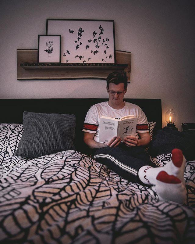 """*Anzeige #BLOGGED Weil guter Schlaf einfach so unfassbar wichtig ist, sollte bei der Wahl des Bettes nicht auf Qualität verzichtet werden. Deshalb bin ich richtig froh, dass ich in dem Boxspringbett von @sleeprealgood ungefähr in dem Traumbett höchstpersönlich schlafen kann. #erlebediekraftdesschlafes Aber es ist nicht nur das, was für """"Good Vibes"""" zuhause sorgt. Auf meinem Blog findet ihr einen Artikel über meine Bude und ich daran liebe! LINK IN STORY/BIO"""