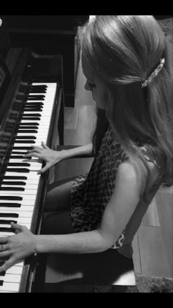 HANNAH MARKHAM : Piano