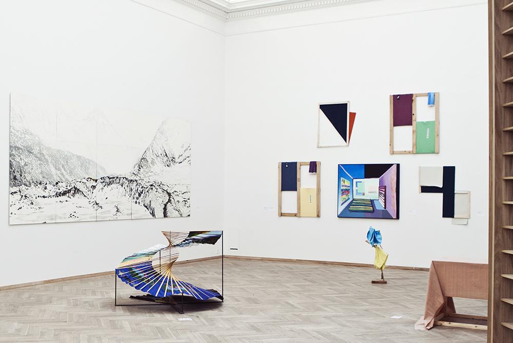Værker af bl.a. Ellen Karin Mæhlum (væggen tv.) samt Nicholas Norris, Franziska Reinbothe og Tyler Mallison (væggen th.).