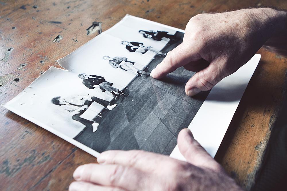 Et gammelt billede af Carstens kammerater fra fotografuddannelsen | Fotos af Rikke Luna & Matias © I DO ART Agency.