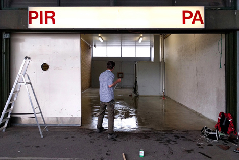 """PIRPA (Lukket nov. 2018)   """"PIRPA er et nyt midlertidigt udstillingssted, lokaliseret i lagerrummet til en tidligere papirhandel på det nu forladte Grønttorv i Valby. Det vil i de næste ca. 2 år være omdrejningspunkt for kunstnerisk aktivitet i og omkring Grøntorvets forladte bygninger. Billedkunstnere og andre beslægtede faggrupper bliver inviteret til at lade området, dets historie og rummelige muligheder, influere deres kunstneriske bidrag.""""   Adresse:  Grønttorvet 22, 2500 Valby.  Links:   Facebook   Foto:  Pirpa, 2016."""