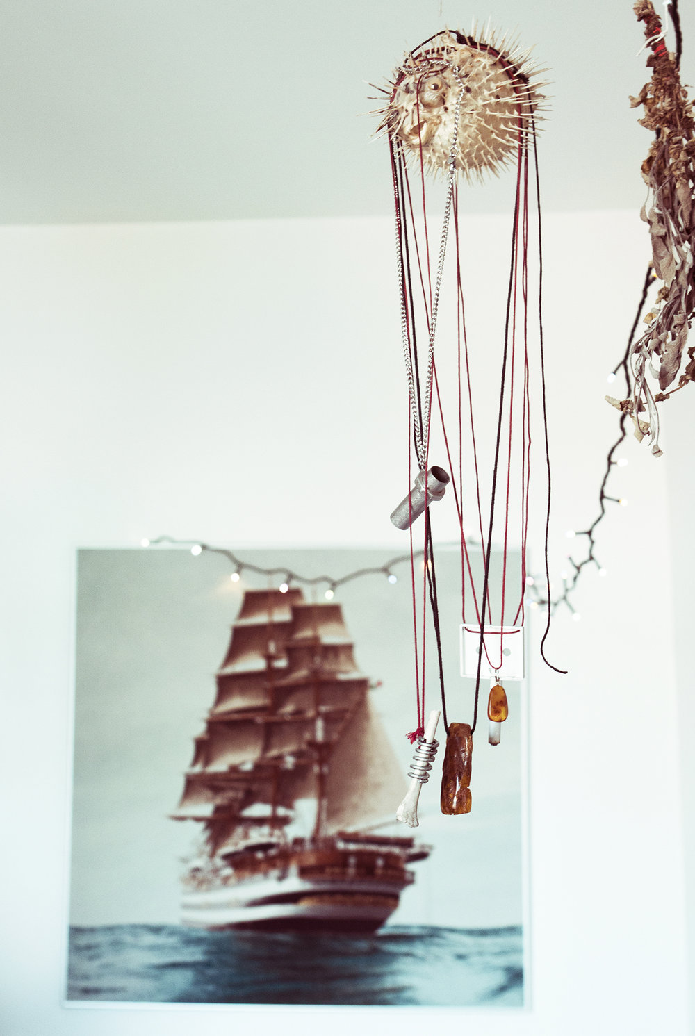 Et udvalg af Hans' andre hjemmelavede kæder. De hænger på en fisk, som han engang har fået af en tysk julemand, som, i følge Hans, lægger gaver i folks sko, hvis de har husket at pudse dem.