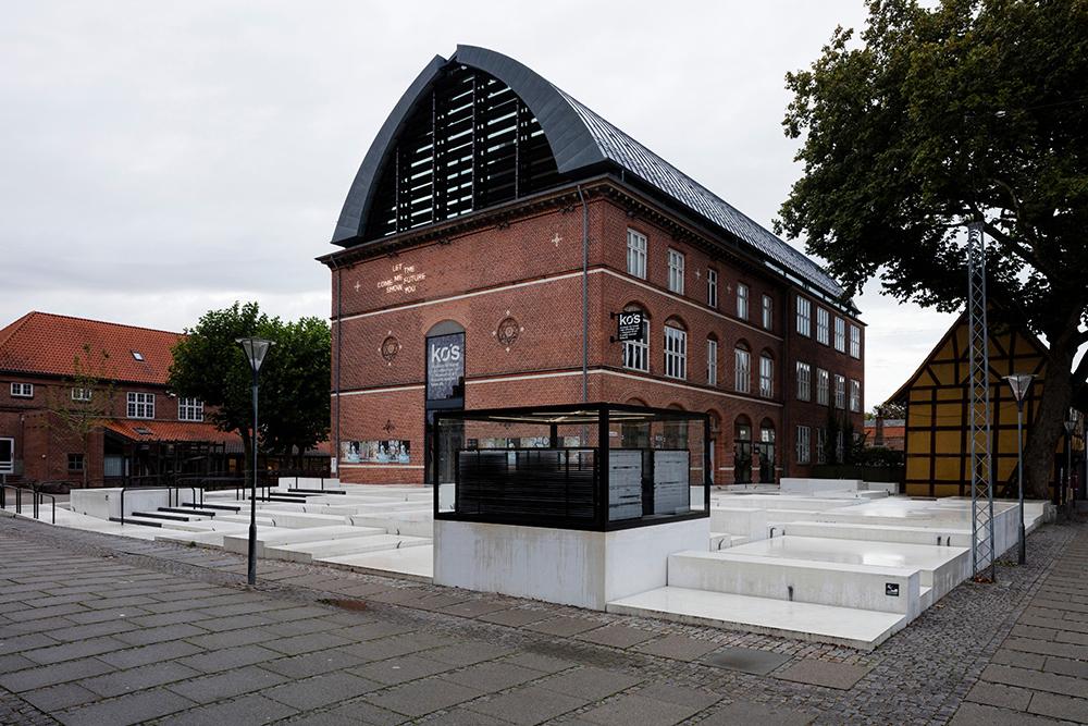 Eksperiment 111 – total af KØS' forplads med værker af Ann Lislegaard, Lea Porsager og Tove Storch.