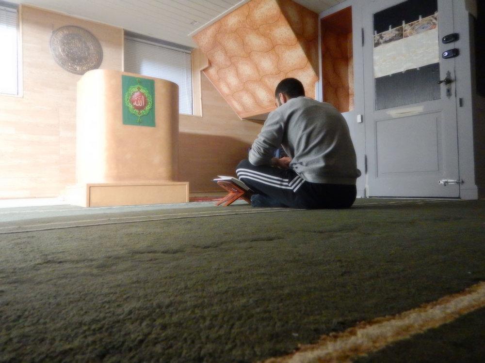 """""""For mig handler moskéen om fordybelse, og det at man har tid til sig selv, spirituel kvalitetstid. På billedet er der ikke nogen omkring mig, det er bare mig og bogen ved min side."""" Mohammad El-Sayed"""