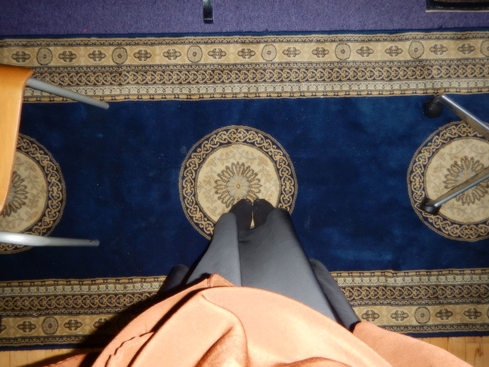 """""""Jeg ville vise, at moskéen indeholder flotte ting. Især gulvtæpperne har nogle farver, man ikke ser så tit. Man kommer lidt tættere på den der moskéfølelse ved at stå på gulvtæppet. Man kan ikke se udefra, at det her er en moské, men tæpperne er med til at skabe en moskévibe."""" Amina Elmi"""