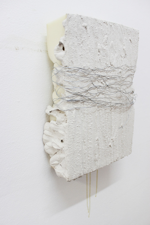 Uden titel, skum, gips og ståltråd, 2015.