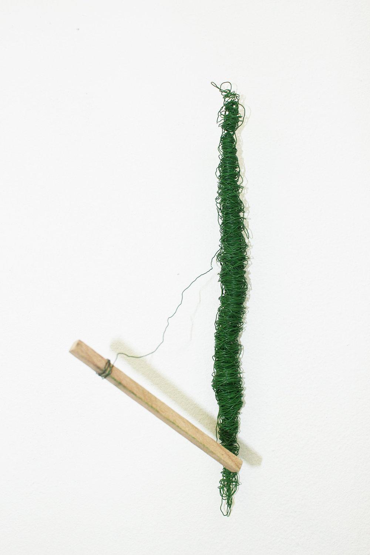 Uden titel, ståltråd og træ, 2013.