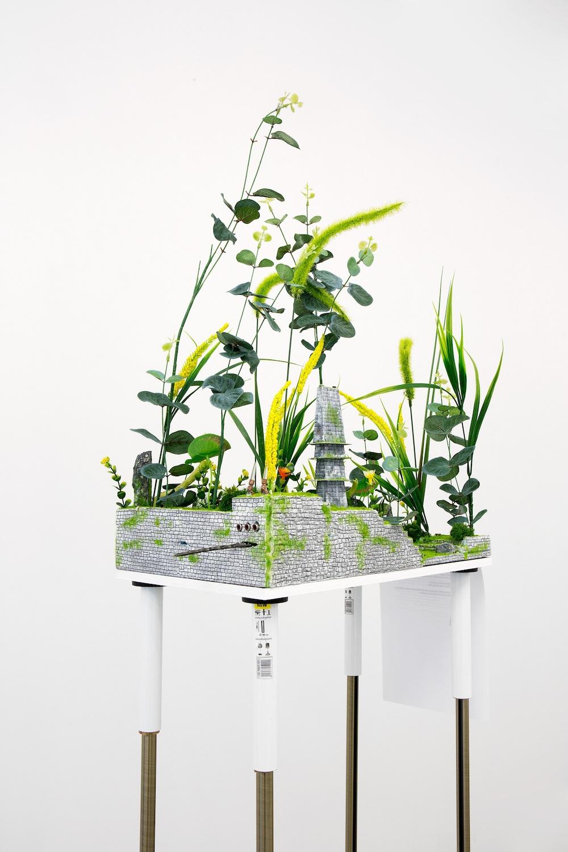 """Veit Laurent """"Kurz Fettgrässli (Pleurozia)"""", 2013 (Styrofoam, lim, akrylmaling, gelé, træ, elektroniske dele, metal, plastik blomster og sten). Tilhører kunstneren og Johan Berggren Galleri."""
