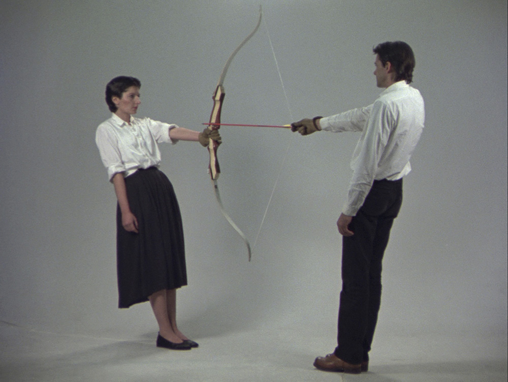 Ulay/Marina Abramović, Rest Energy, Performance for Video, 4 minutter, ROSC' 80, Dublin, 1980 © Ulay/Marina Abramović. Courtesy of the Marina Abramović Archives.