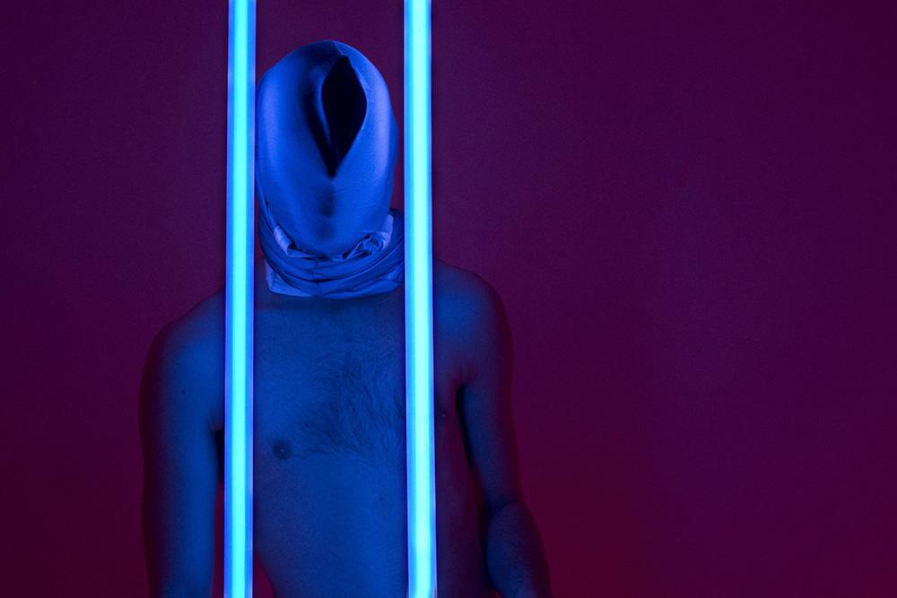 SPATIAL 3.Foto: Laura Rechnagel.   4) SPATIAL 3  Copenhagen Contemporary: Lørdag 6/5 kl. 17.00 og kl. 21.00 | Fri entré.  Et rum bliver til tre i denne sanselige installation. Et rum, tre oplevelser: skift mellem lyd, lys og bevægelse adskiller de tre dele af installationen Spatial 3, hvor Louis Schou og Mads Bjerregaard Jeppesen udforsker, hvad der sker med vores sanser i storbyen og det moderne liv. Den rumlige trilogi sætter fokus på nogle af de største udfordringer, som melder sig i samtidens storbyliv: egocentricitet, social intimitet og forbrugerkultur. Publikum bliver ført gennem tre faser i rummet: the techno room, the darkroom og the showroom.