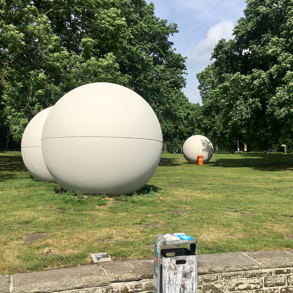 "Claes Oldenburgs ""Giant Pool Balls"". Photo: Maria Grzywacz."