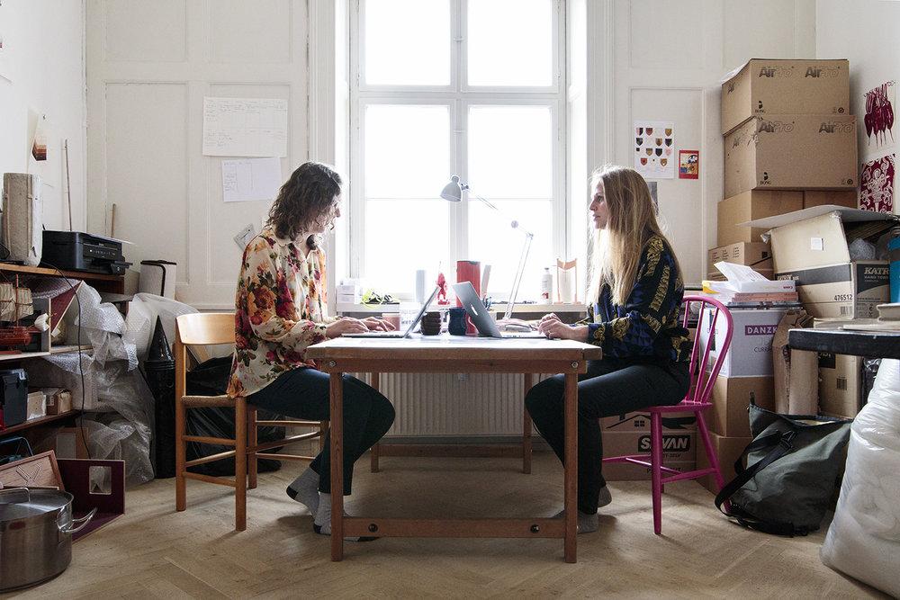 Sofie Hesselholdt (tv) og Vibeke Mejlvang (th) i deres atelier | Foto © I DO ART Agency.