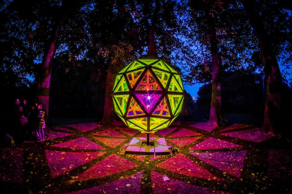 Reflektor Light Festival, 2016.  Dichroic Sphere  af Jakob Kvist. Foto Kim Matthäi Leland.