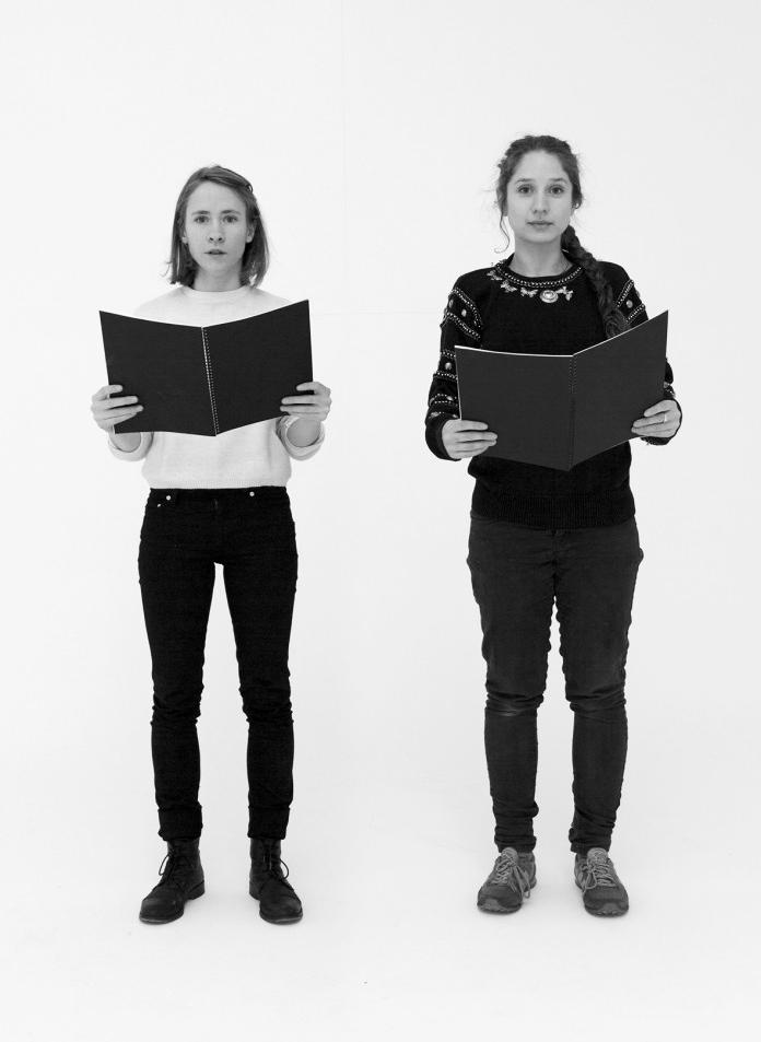 Gengivelse af en situation i Amalie Smith og Ida Marie Hedes fælles performance.