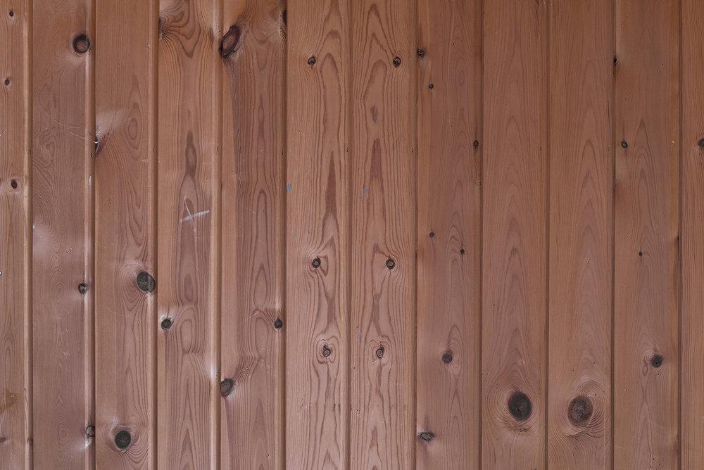 Hesten i væggen, 2018 (detalje). Fotografi monteret på dibond, metalbeslag, 73x110cm. (Fotografisk gengivelse af træværket på mit barndomsværelse. Foto: Heidi Hove.