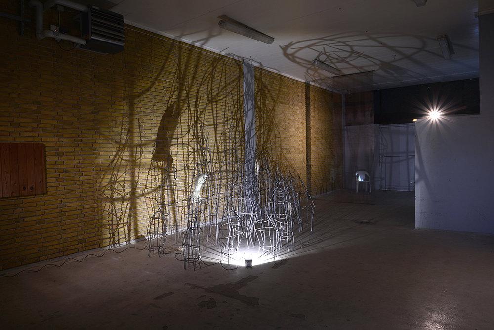 Beplantning, 2018 (installation view). Rundjern og plastik, variable dimensioner. (Hjemmegjorte stativer med fundet plastik). Foto af Heidi Hove.