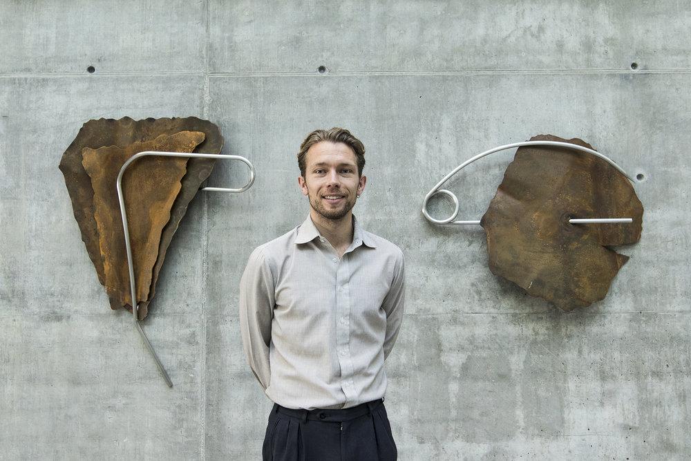 Michael Roloff foran 2 værker af Julie Stavad på Navitas. Foto © I DO ART Agency.