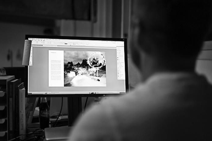 """""""Der arbejdes i Indesign, med opsætning af kapitlet om fælledparken. Vi sidder som regel sammen og får grundstrukturen på plads i kapitlet, hvorefter Jacob pudser design og typografi af."""""""