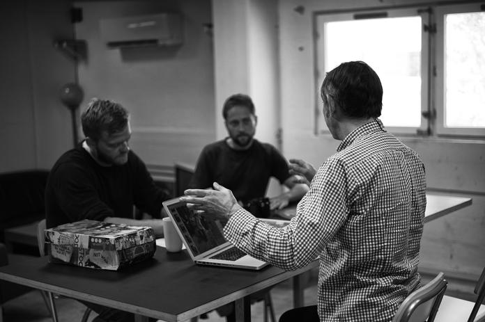 """""""Redaktionsmøde med forlægger Jon Nordstrøm. Her diskuteres strukturering af indhold, rækkefølge af kapitler, billedbehandling og opsætning. Vi er nu så langt i processen, at det meste af indholdet er på plads, men der er stadig masser af arbejde, der skal udføres, inden bogen kan sendes til tryk. Det meste tekst- og billedemateriale er genereret, og den største opgave er nu på grafikerens bord."""""""