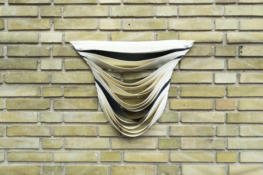 "Marie Plum ""Repeated Changing Shield"", 2018. Latex, hvid farvepigment, sort Latex."