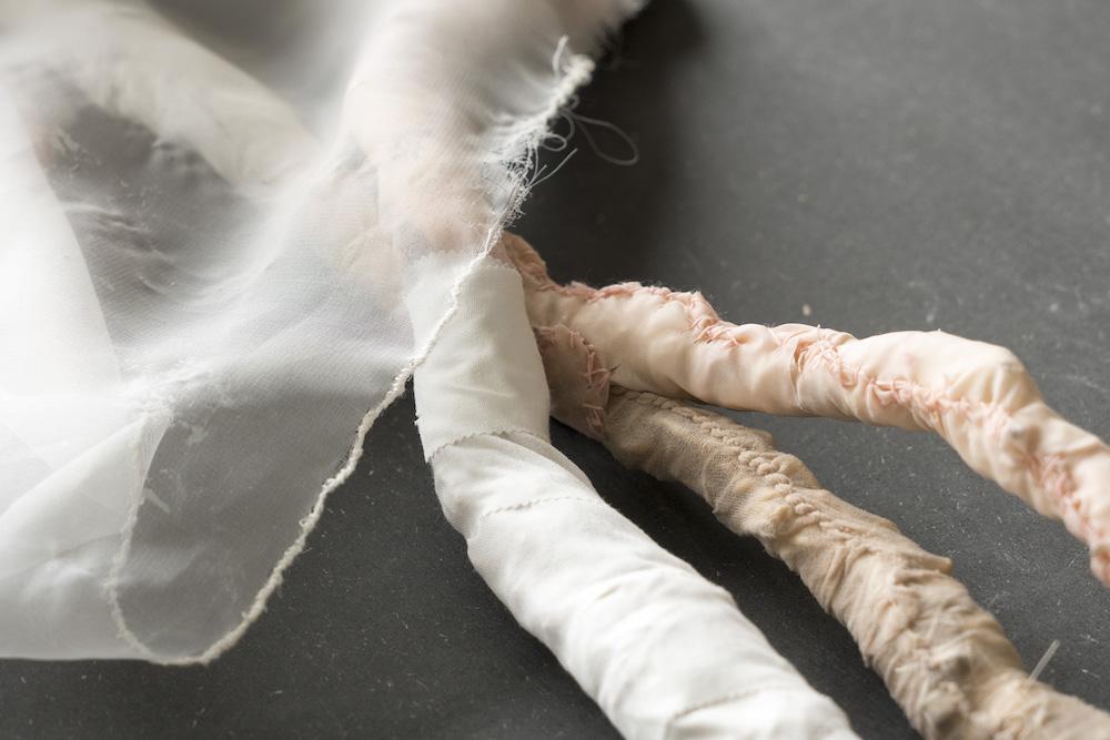 """Susanne Schmidt-Nielsen """"BECOMING"""", 2018. 100x58x132 cm, Gips, tekstil, tråd, latex, lim, søm, træ."""