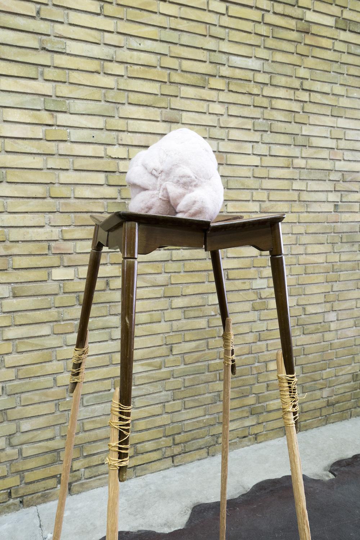 """Susanne Schmidt-Nielsen """"An interior"""", 2016. 160x65x65cm, Tekstil, tråd, latex, skammel, træ."""