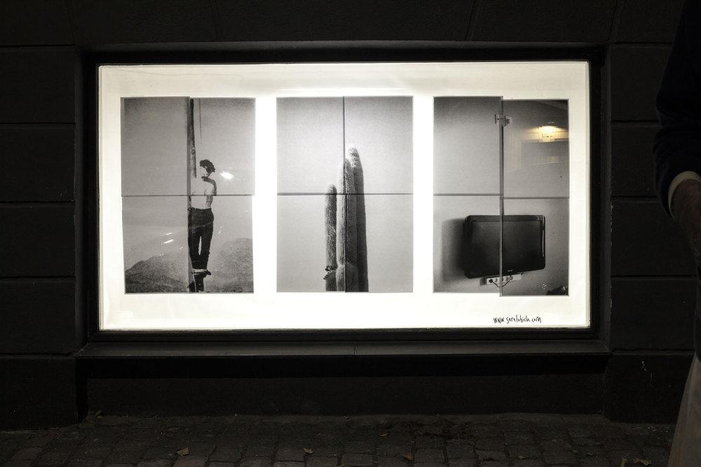 """Galleri 1,4 m3   """"Galleri 1,4 m3 er et kunstnerdrevet non-profit udstillingssted, der har åbent 24 timer i døgnet. Udstillingsstedet måler 2,16 x 1,13 x 0,57 meter, og består af et gadevindue. Således får alle folk glæde af kunsten.""""   Adresse:  Ny Carlsberg Vej 26, 1760 København V.  Foto:  Galleri 1,4 m3, 2017."""