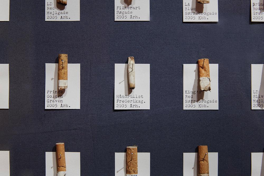 """""""Nogle genstande savnes, andre ikke. Blandt genstande, der næppe vil savnes, tæller, udover indkøbssedler, også hårelastikker, cigaretskod, korttegninger etc.""""  (Lasse Krog Møller). Foto: Kåre Viemose."""
