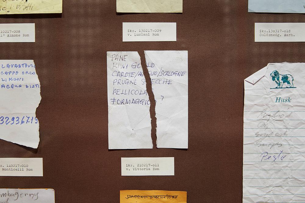 """""""Og dog har genstandene det til fælles, at de har haft en intim forbindelse til den, der på et tidspunkt besad dem. Visse af dem er skrevet eller tegnet i hånden, hvorved skriften altså udtrykker en anonym ophavsmands eller kvindes karakter, ifølge grafologer i det mindste; andre har befundet sig mellem besidderens læber eller har holdt sammen på hovedhår.""""  (Lasse Krog Møller). Foto: Kåre Viemose."""