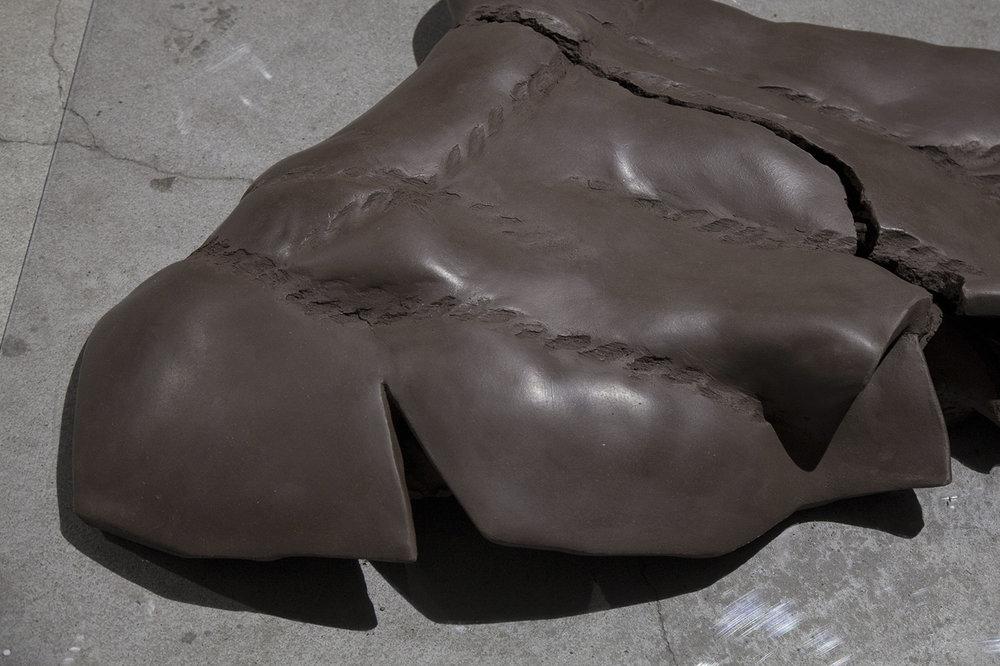 Unchained, 2018. Unfired clay on plexiglass, 70x80 cm (detail). Foto: Sofie Hertz.