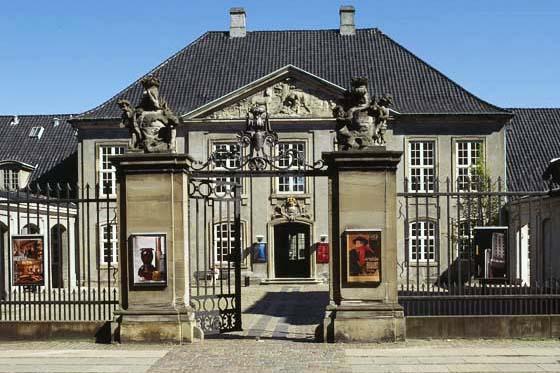 """Designmuseum Danmark   """"Designmuseum Danmark er et af Nordens centrale udstillingssteder for dansk og international, industriel design, kunstindustri og kunsthåndværk. Museets samlinger, bibliotek og arkiver udgør det centrale videnscenter for den designhistoriske forskning i Danmark. Museet indsamler og dokumenterer den samtidige udvikling inden for industriel design, møbelkunst og kunsthåndværk. Dertil kommer indsamling af forbilledlige arbejder fra ældre områder og perioder, som står i nært forhold til samtidens produktion.""""   Adresse:  Bredgade 68, 1260 København K.  Links:   Designmuseum.dk   Foto:  Ukendt."""