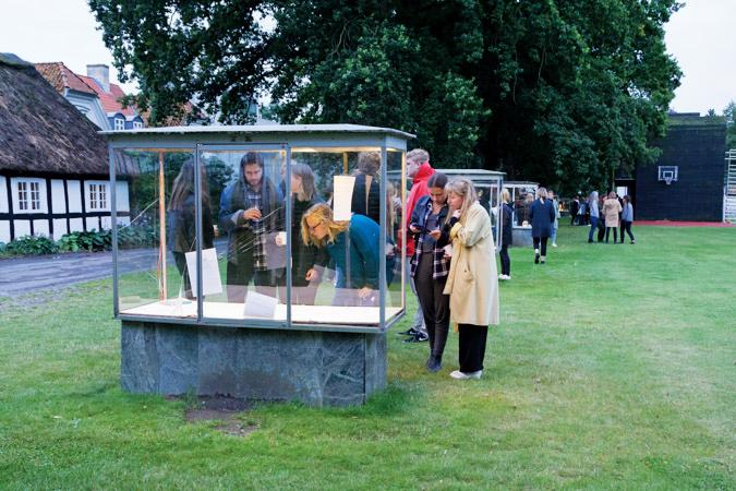 """KBH Kunsthal, Krabbesholm   """"KBH Kunsthal er udstillingssted, bestående af fem udstillingsmontre ved Krabbesholm Højskole, for nyskabende og eksperimenterende kunst, fotografi, arkitektur og design. KBH Kunsthal præsenterer 3-4 udstillinger pr. semester med danske og internationale gæsteudstillere og et tilsvarende antal udstillinger med værker af skolens elver.""""   Adresse:  Krabbesholm Allé 15, 7800 Skive.  Links:   Krabbesholm.dk/kbh   Foto:  Krabbesholm."""