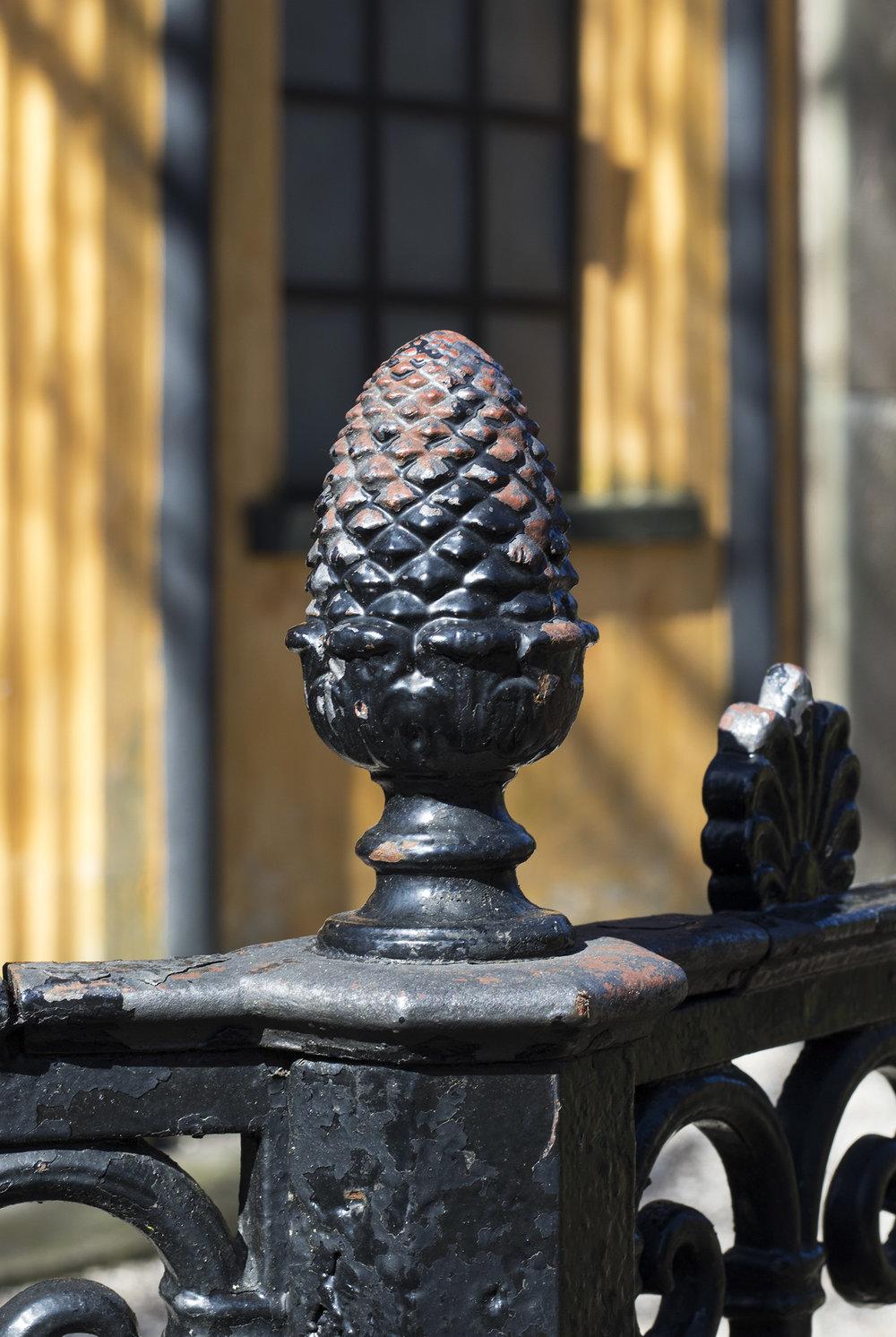 Eksotisk ananas-ornament på Peter von Scholtens gravsted. Ananasserne var bl.a. noget af det, der blev dyrket og solgt via plantagerne på Jomfruøerne. Photo © I DO ART Agency.