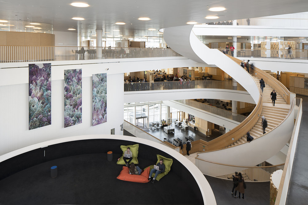 Amalie Smith, Machine Learning I, II, III (Tre digitalvævede billedtæpper. Udsmykning på Ørestad Gymnasium, 2018). Foto: David Stjernholm.
