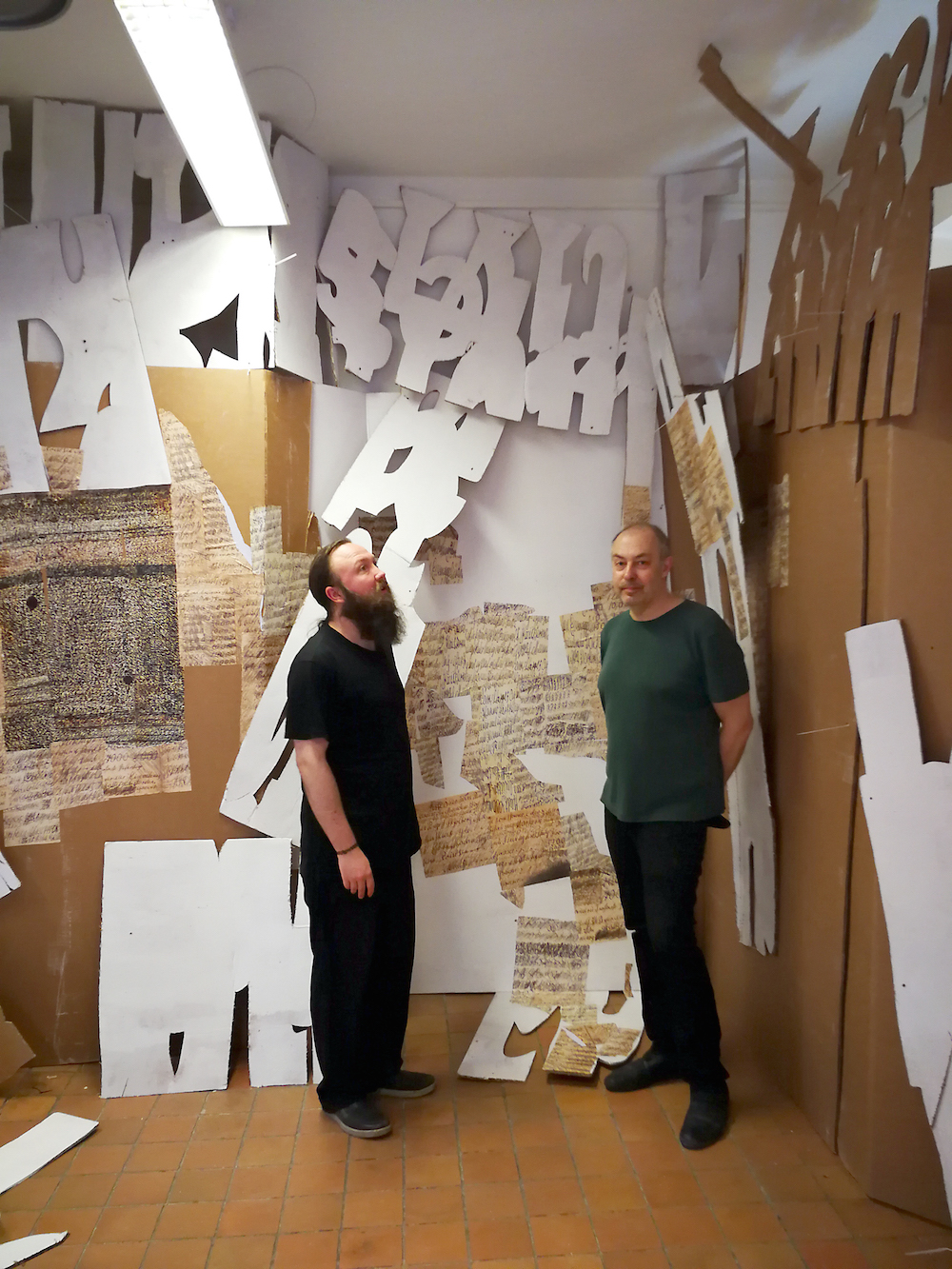 Kunstnerne Emil Brahe og Kim Grønborg arbejder på deres værk til udstillingen.