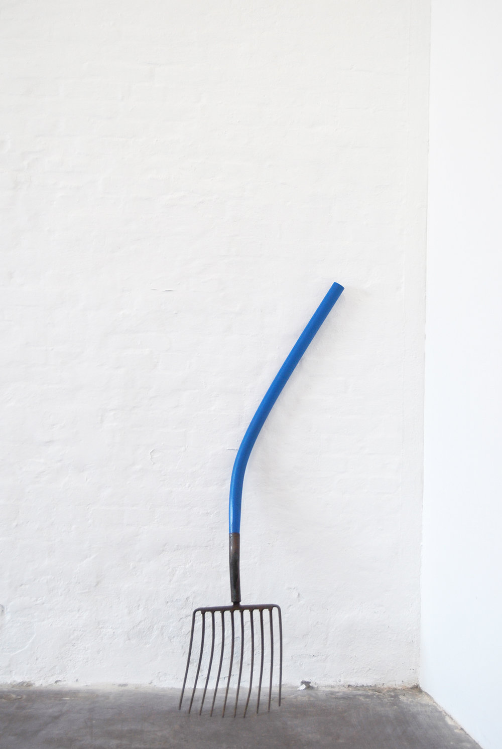 Oscar Yran, Synthetic Fork, 2018 (Hdpe-plastik, steel, cyan pigment). Photo: Oscar Yran.