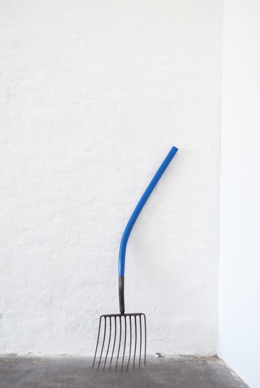 Oscar Yran, Synthetic Fork, 2018 (Hdpe-plastik, steel, cyan pigment). Photo: Oscar Yran.
