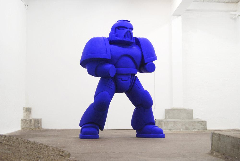 Oscar Yran feat. Dina Lundvall Nielsen, Monochrome Power Armour, 2018 (Styrofoam, glassfiber, epoxy, Ultramarine pigment). Photo: Oscar Yran.