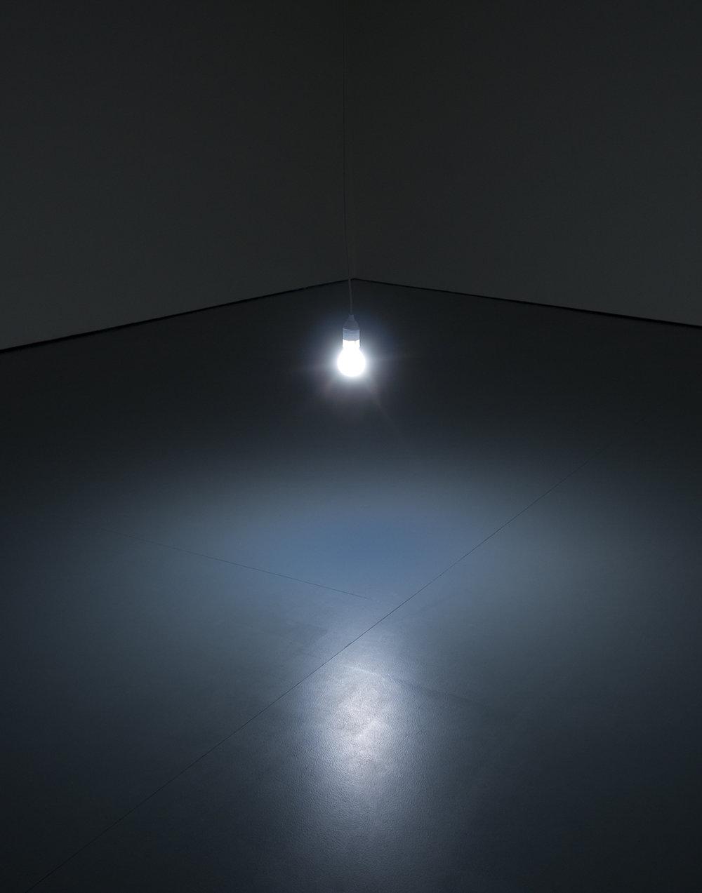 Katie Paterson, Light Bulb to Simulate Moonlight, 2008 (289 matterede el-pærer med halogen-glødetråde (28W, 4500K), kasse og log-bog, Varierende mål). Installation view Matthew Bown Gallerie, Berlin, 2010. Courtesy of the Artist. Foto: Martin John Callanan.
