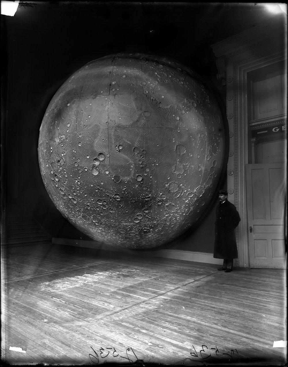 Videnskabelig model af Månen konstrueret af Johann Friedrich Julius Schmidt og Thomas Dickert, Tyskland 1898. Foto: Field Museum Library/Getty Images.
