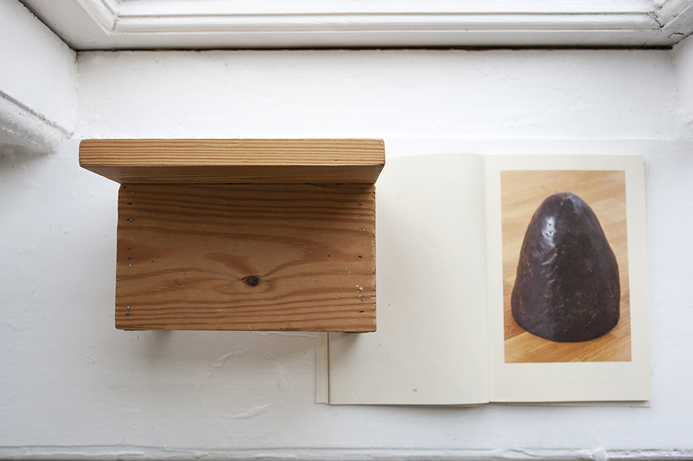 L'ombelico del mondo, 2018. (Wooden toys  (**) , Smartstore plastic box, catalogue from the exhibition Tjener  (***)  with a reproduction of the sculpture Verdens navle  (****)  by Marianne Hesselbjerg various sizes).