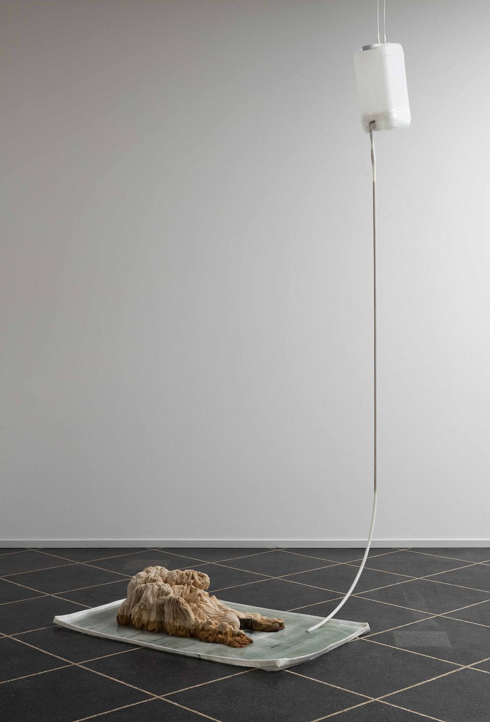NN, Untitled, 2018 (Lindetræ, tape, blæk, vanddunk, kobberrør, plastikrør, vand. Variable dimensioner). Foto:Anders Sune Berg © Galleri Susanne Ottesen.