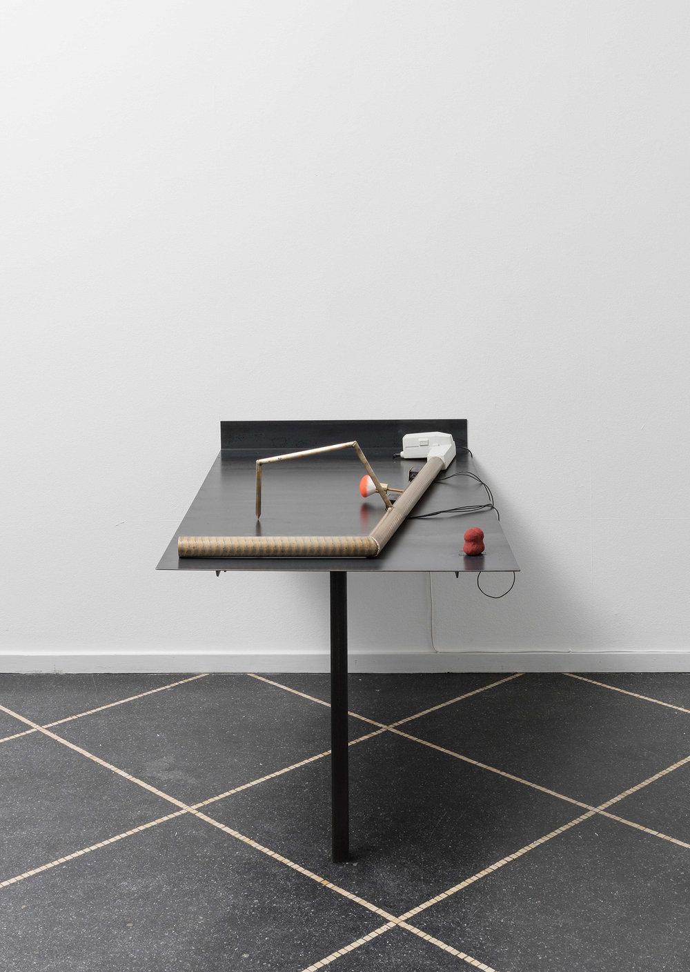 COH, The Cuddler, 2017 (Bronze, kropsbørste, spindelmotor). Double FaceBlender, 2017 (bronze, pigment). Foto:Anders Sune Berg © Galleri Susanne Ottesen.