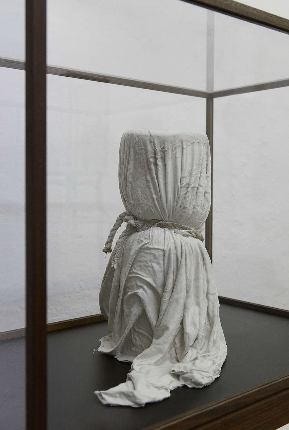 """Valérie Collart """"Enigme 2,"""" 2017 (Plaster and fabric in Walnut display case, 160x58x46 cm). Photo: Valérie Collart."""