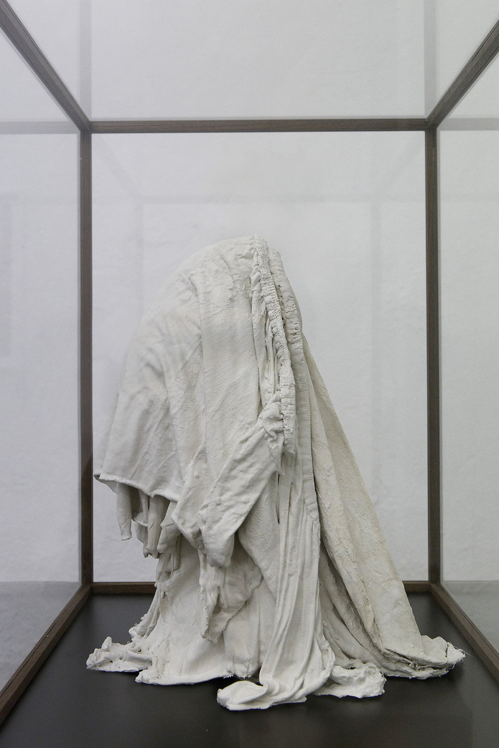 """Valérie Collart  """"Enigme 1,""""  2017 (Plaster and fabric in Walnut display case, 154x81x51 cm). Photo: Valérie Collart."""