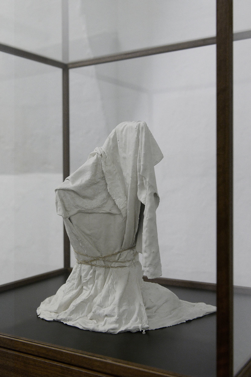 """Valérie Collart """"Enigme 3,"""" 2017 (Plaster, fabric and rope in Walnut display case, 153x66x51 cm). Photo: Valérie Collart."""