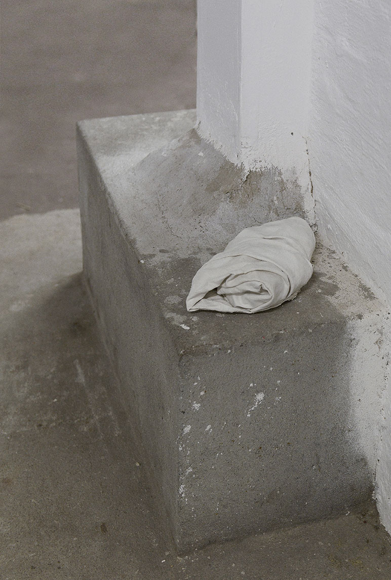 "Valérie Collart"" La curiosité tua le chat,"" 2018 (Fabric, plaster and mysterious object, 20x10x5 cm). Photo: Valérie Collart."